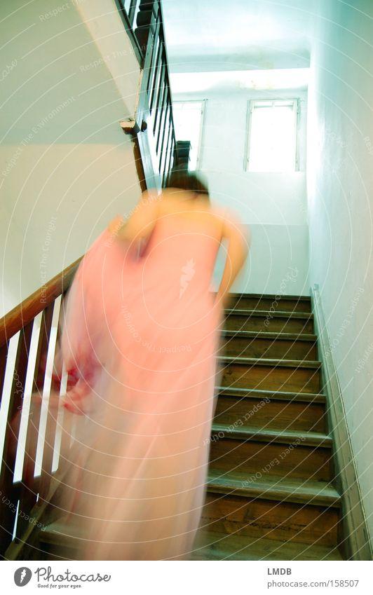 In Eile Prinzessin Märchen Kleid Romantik Treppe aufsteigen Frau Flucht Verspätung Wunschtraum schön Leiter Dornröschen laufen Glockenschlag feenhaft