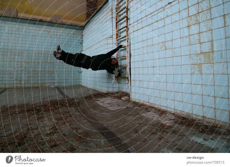 Handstand am Beckenrand Kämpfer Schwimmhalle Einsamkeit Schwimmbad leer Körperhaltung Sportler dreckig Blatt Mensch Am Rand hängen festhalten Bad Wassersport