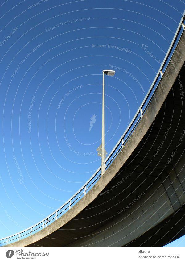 weniger als zwei Himmel blau Straße Lampe Beton Verkehr Brücke Verkehrswege Kurve Schönes Wetter Geländer Straßenbeleuchtung Brückengeländer gekrümmt Wolkenloser Himmel Hochstraße