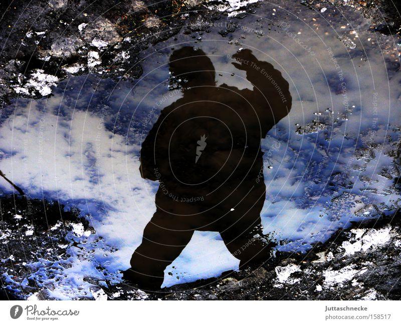 Der aus der Kälte kam Winter Eis kalt frieren Pfütze Reflexion & Spiegelung Silhouette Himmel gefroren Schatten Applaus winken blau Erfolg Juttaschnecke