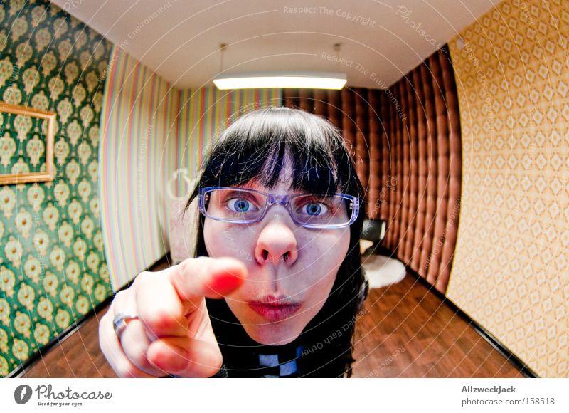 Du! Umzug (Wohnungswechsel) tapezieren Tapete Raum Spielzimmer Fischauge staunen aufräumen Ordnung Finger drücken Zeigefinger zeigen verrückt Kinderzimmer