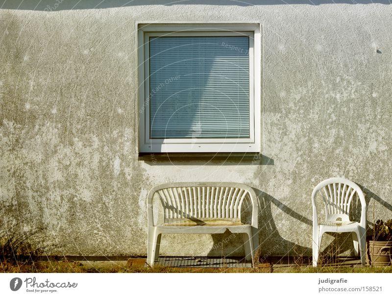 Sylt Fenster Haus Stuhl Bank Garten Vorgarten trist Sitzgelegenheit grau Licht Schatten Detailaufnahme Farbe Dinge
