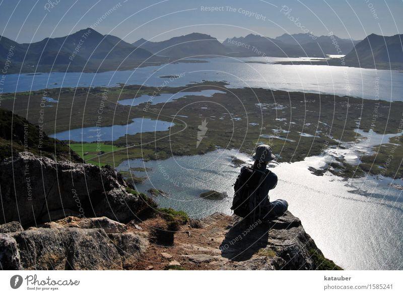 Lofotenaussicht Mensch Natur Jugendliche Mann Sommer Wasser Erholung Einsamkeit 18-30 Jahre Berge u. Gebirge Erwachsene Umwelt Küste Felsen Horizont maskulin