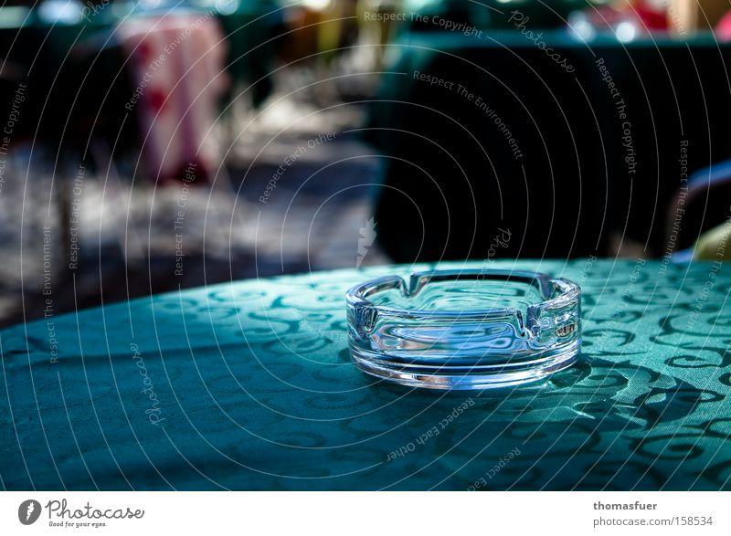Rauchverbot!!! Aschenbecher Rauchen Straßencafé Rauchen verboten Vorschrift Einschränkung Verbote genießen Kristallstrukturen Kristalle Gastronomie Macht