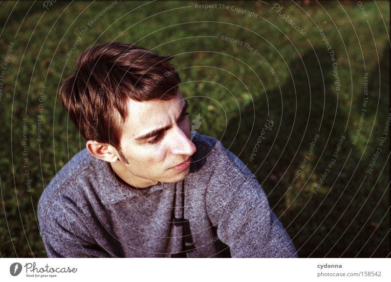 Individualist Mensch Mann Jugendliche Porträt Gesicht Wiese Garten ernst Denken Gedanke Gefühle Schatten Charakter Konzentration schön