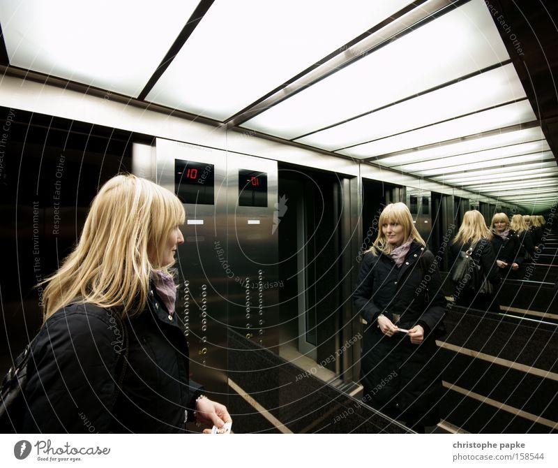 Spieglein an der Wand Reflexion & Spiegelung Weitwinkel Blick schön Frau Erwachsene Fahrstuhl blond Unendlichkeit