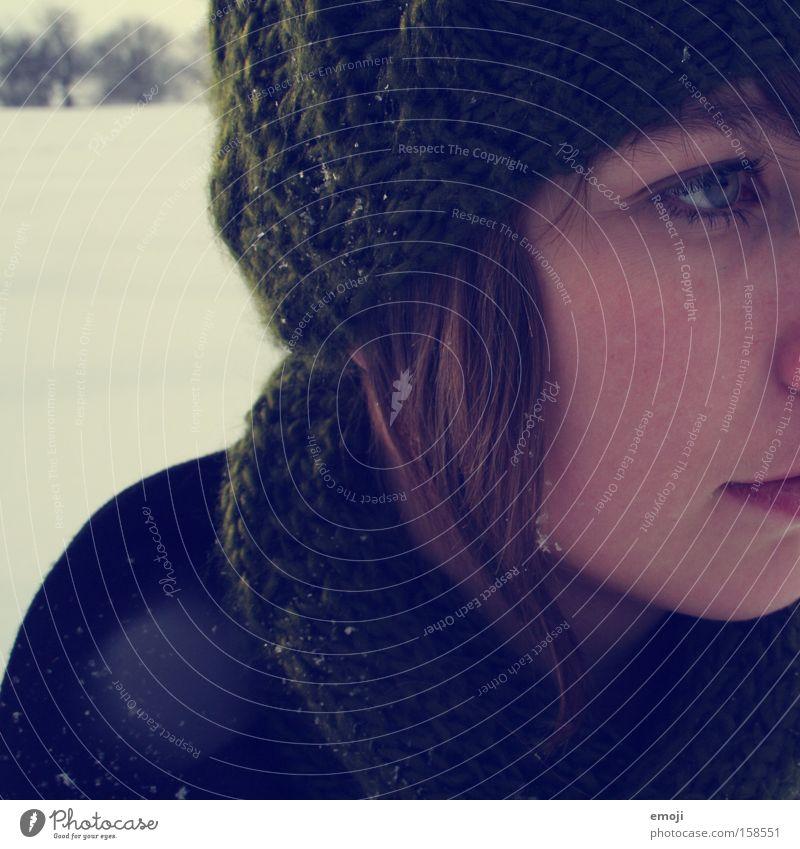 1. ich mag den Winter... Gesicht Hälfte Junge Frau Schal Mütze Schneefall kalt Seite Jugendliche vermummen Schneeflocke Flocke