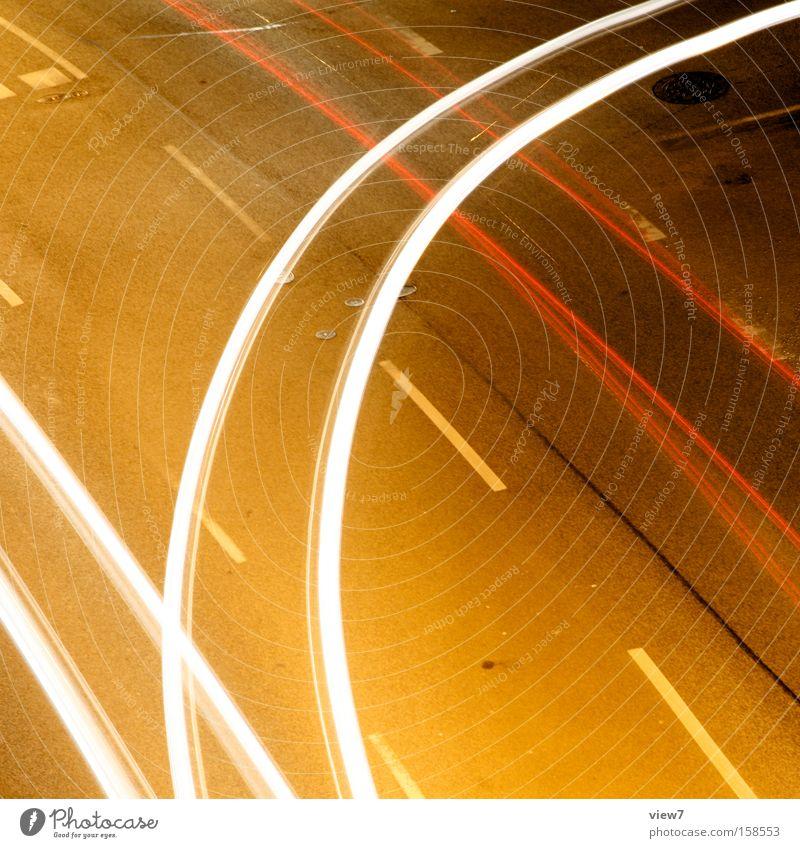 Kurvenfahrt fahren Licht KFZ Verkehr Straßenkreuzung Wegkreuzung abbiegen Streifen Lichterscheinung glänzend Farbe Nacht Seitenstraße Verkehrswege