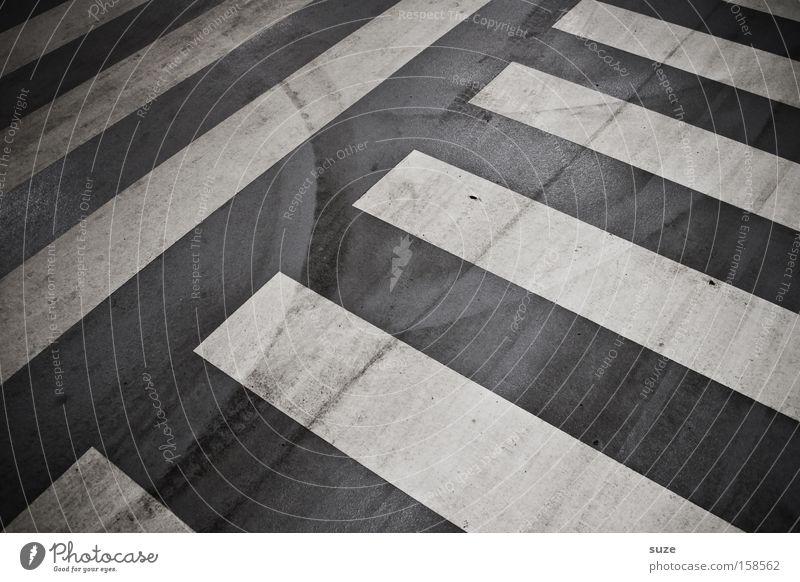 Streifen Design Parkhaus Verkehr Verkehrswege Straße Wege & Pfade Beton Schilder & Markierungen dreckig grau schwarz weiß Asphalt Teer Fußweg Übergang