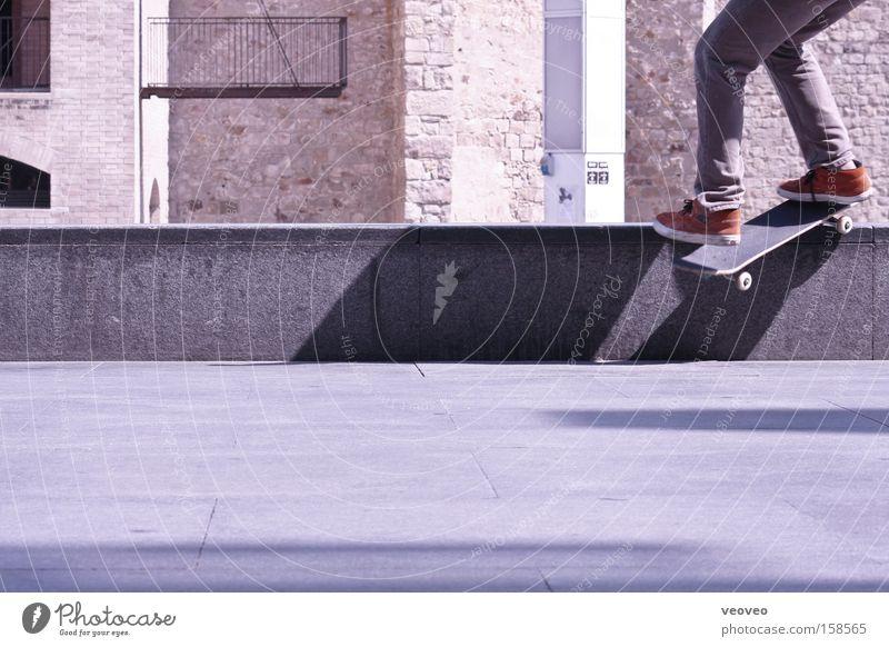 silent skater Gedeckte Farben Außenaufnahme Freude Spielen Sport Platz Mauer Wand Verkehrswege Turnschuh Coolness trendy Skateboarding Kurzzeitbelichtung