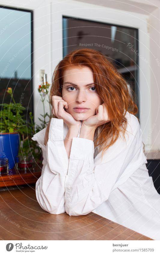 Waiting elegant Mensch feminin Junge Frau Jugendliche 1 18-30 Jahre Erwachsene Stadt Hemd rothaarig Denken sitzen schön Erotik Begierde Enttäuschung Einsamkeit