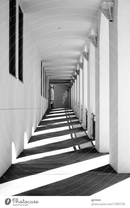 Schatten im schmalen Gang Lampe Tunnel Gebäude Architektur Mauer Wand eckig schwarz weiß Symmetrie schmaler Gang Pfeiler Stützpfeiler eng öffentliches Gebäude