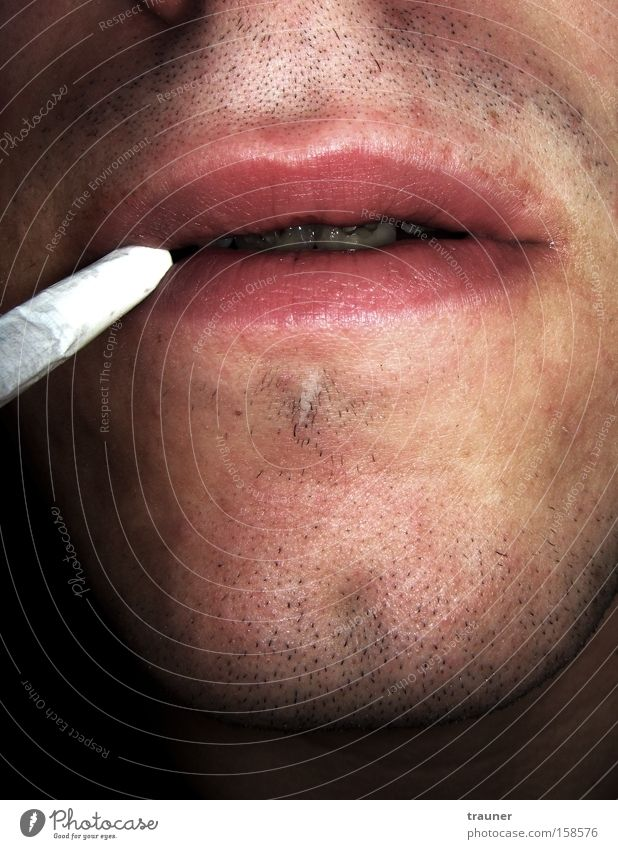 Auf dem Klo fragen alle nach Koks.... Erholung kalt dunkel Traurigkeit Zufriedenheit Mund kaputt Hoffnung weich Rauchen Zähne Lippen Tabakwaren Bart Müdigkeit