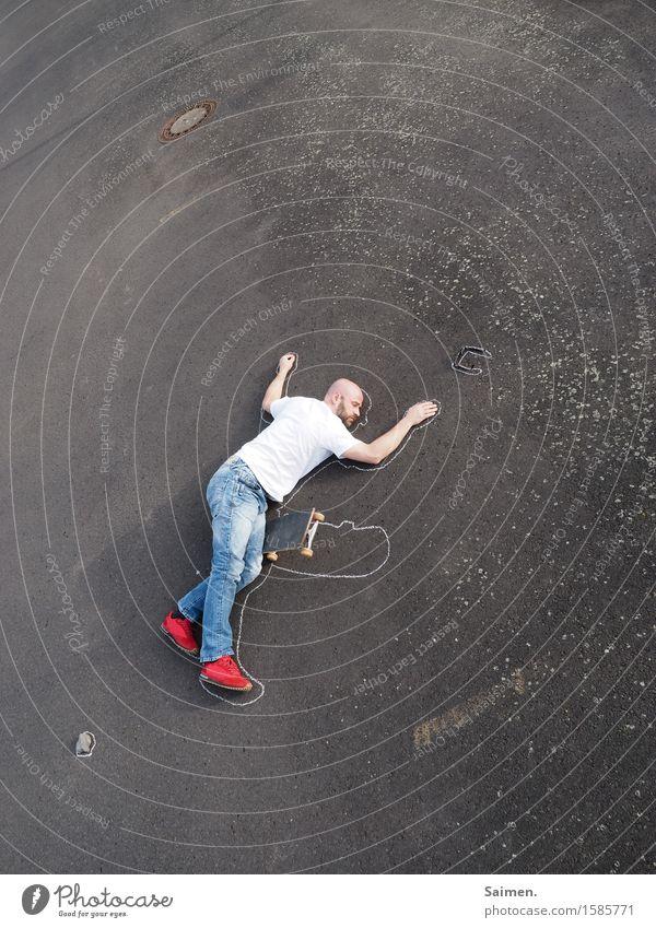 Die Leiden des jungen Skater Freizeit & Hobby Mensch Mann Erwachsene Körper 1 30-45 Jahre Bewegung fahren liegen Sport außergewöhnlich kaputt Tod Schmerz