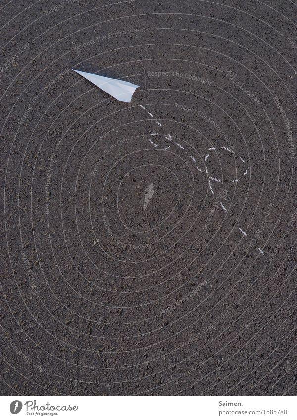 kunstflug Straße fliegen Papierflieger Origami Asphalt Kreide gemalt Gedeckte Farben Außenaufnahme Menschenleer Textfreiraum links Textfreiraum rechts