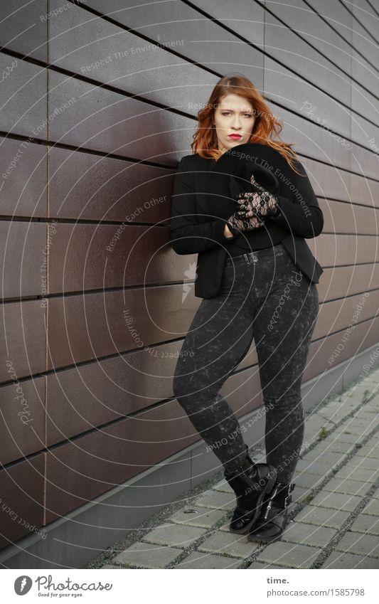 . Mensch schön Erholung Wand feminin Mauer stehen warten beobachten Coolness Schutz Bürgersteig Gelassenheit Hose Konzentration Jacke