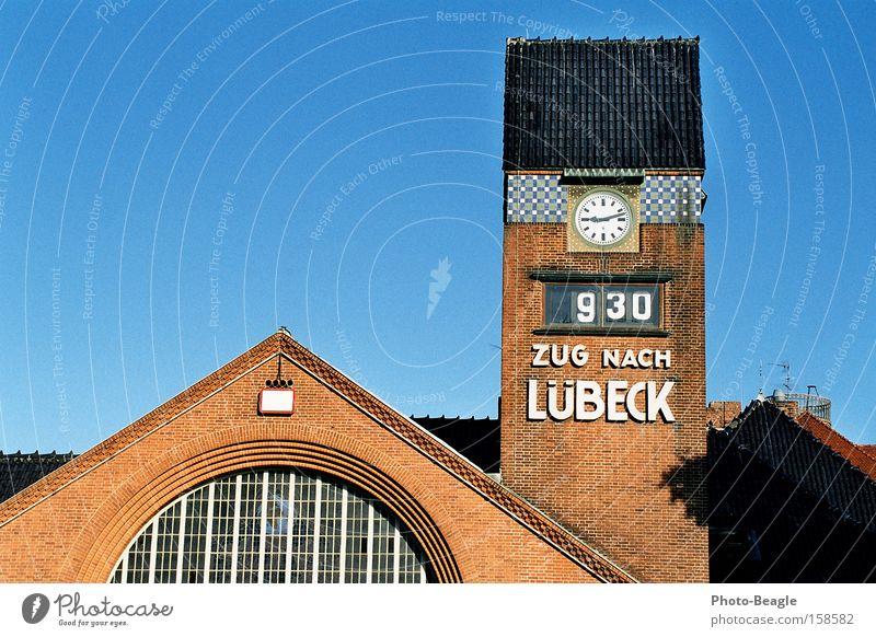 Zug nach Lübeck Travemünde Bahnhof Eisenbahn Turm Uhr Turmuhr Uhrenturm Ferien & Urlaub & Reisen Verkehr Lübeck-Travemünde Strandbahnhof Holstentor