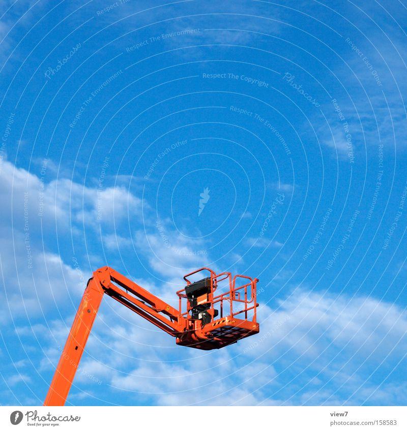 Steiger oben hoch leer Dienstleistungsgewerbe aufwärts Gerät Arbeitsplatz Blauer Himmel Wolkenhimmel himmelwärts hydraulisch Hydraulik Hebebühne Vor hellem Hintergrund