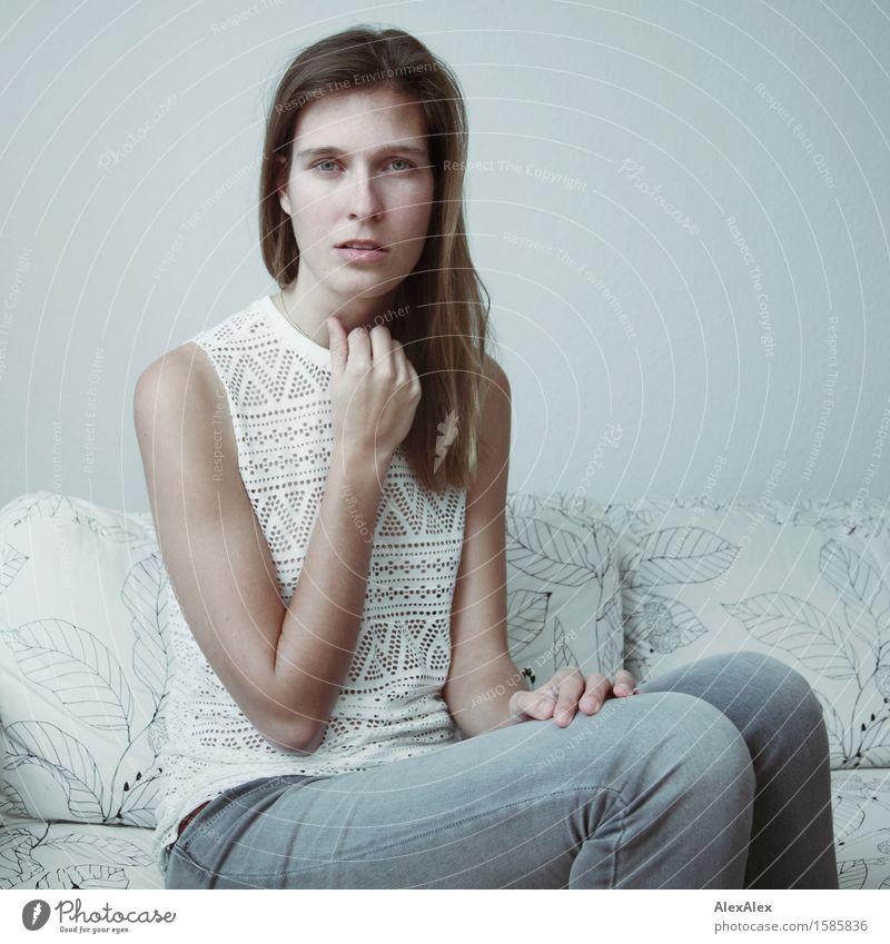 Mono Lisa Lifestyle Stil Zufriedenheit Sofa Raum Junge Frau Jugendliche 18-30 Jahre Erwachsene Jeanshose Top brünett langhaarig beobachten sitzen warten