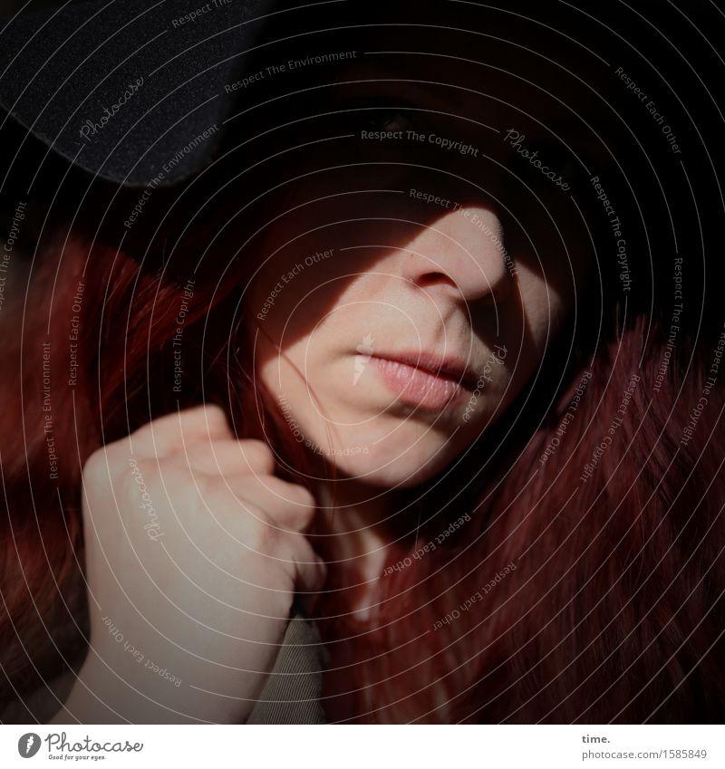 . feminin 1 Mensch Hut rothaarig langhaarig beobachten Denken Blick warten Coolness Wut selbstbewußt Kraft Willensstärke Mut Tatkraft gefährlich Stress