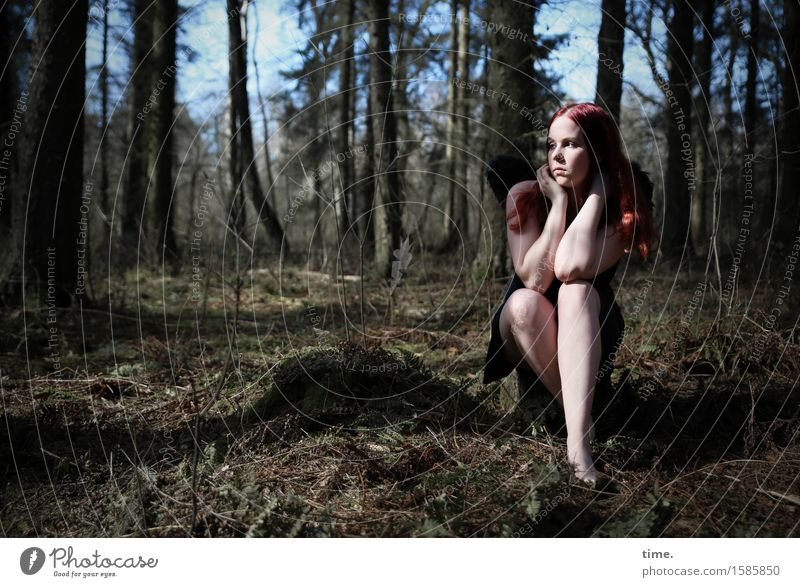 Nika feminin 1 Mensch Umwelt Natur Landschaft Schönes Wetter Baum Wald Kleid rothaarig langhaarig beobachten Denken Blick sitzen träumen warten schön