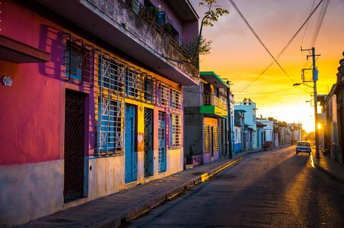 CAMAGUEY, CUBA - Straßenansicht des UNESCO-Erbstadtzentrums Ferien & Urlaub & Reisen Stadt alt rot Haus gelb Architektur Stil Gebäude Erde Tourismus Aussicht