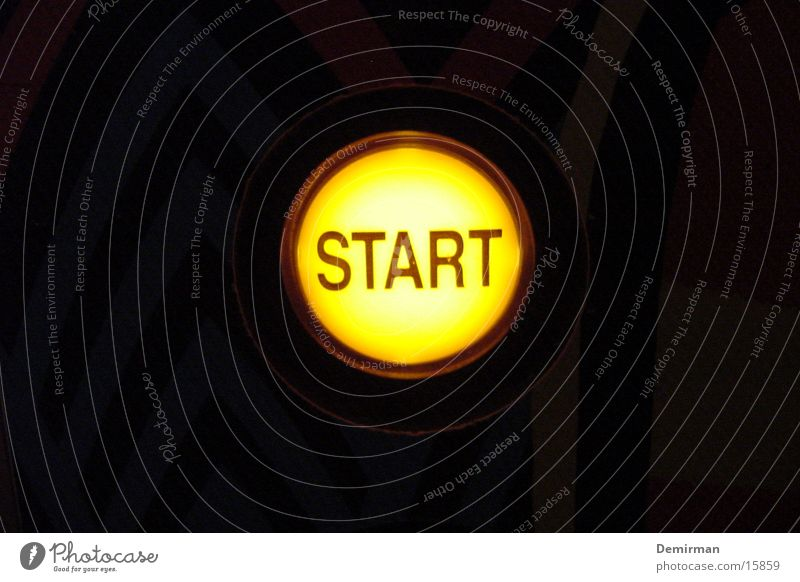 start gelb dunkel Beginn Dinge Spielautomat Knöpfe Neuanfang Flipper