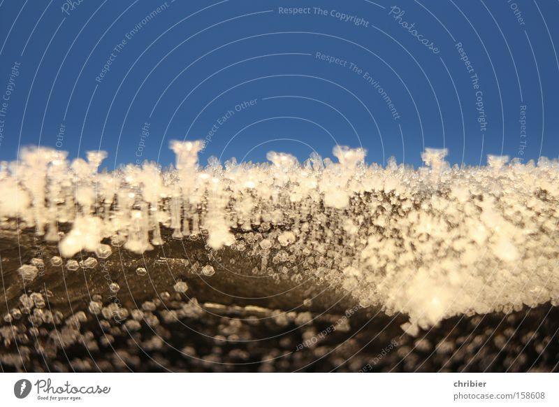 Frostmoleküle Makroaufnahme Raureif gefroren kalt Winter Eis Eiskristall Himmel glänzend blau Nahaufnahme frieren chribier