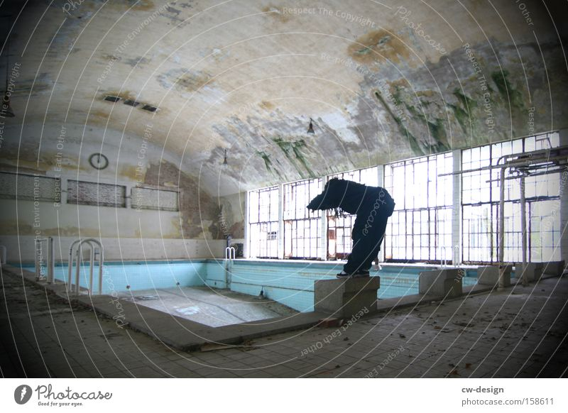 Endlich Nichtschwimmer pt.II Mensch Mann alt Erwachsene maskulin leer trist Bad Schwimmbad Körperhaltung Freizeit & Hobby Schwimmen & Baden sportlich Sportler