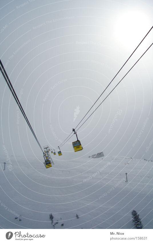 schwerelos Winter gelb Schnee Berge u. Gebirge Nebel Luftverkehr Schweben Personenverkehr Verkehrsmittel Skigebiet Gondellift Seilbahn Drahtseil Fluchtpunkt