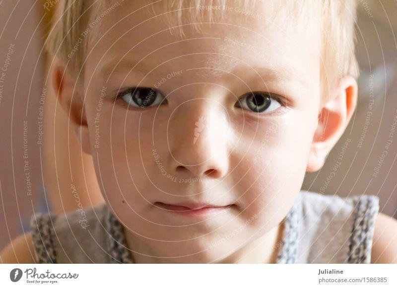 Netter Junge mit blonden Haaren Mensch Kind weiß Kindheit Europäer 7 Schulkind Kaukasier 3-8 Jahre