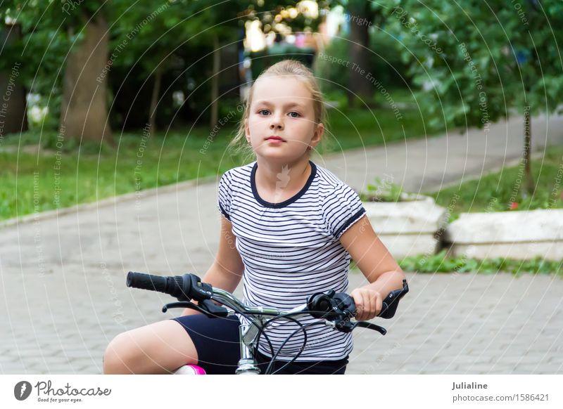 Nettes Mädchen, das Fahrrad im Sommer fährt Kind Schulkind Frau Erwachsene Kindheit 8-13 Jahre Herbst blond fahren weiß Rolle Schlittschuhe sechs 7 acht
