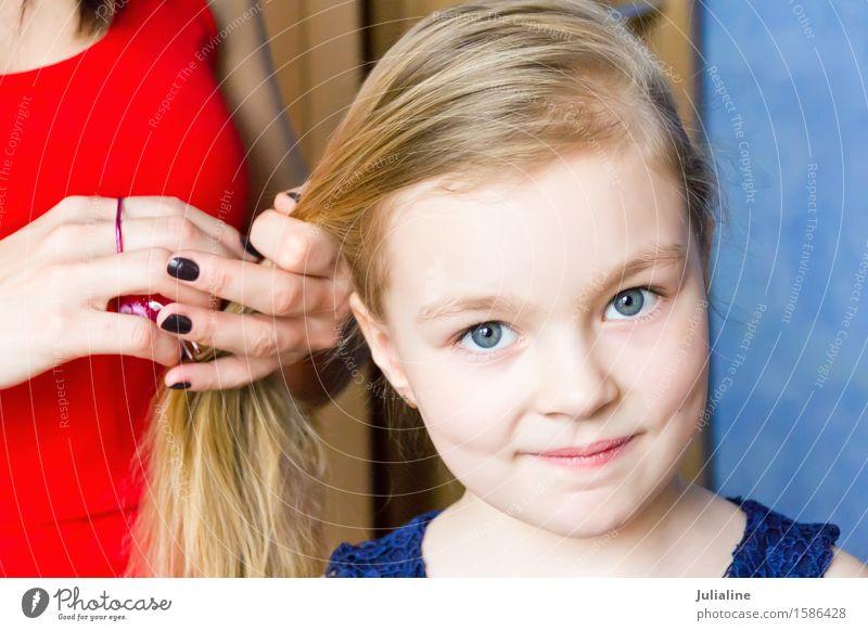 Süßes Mädchen mit blonden Haaren Haare & Frisuren Kind Schulkind Kindheit 3-8 Jahre 8-13 Jahre 18-30 Jahre Jugendliche Erwachsene 30-45 Jahre Behaarung Lächeln