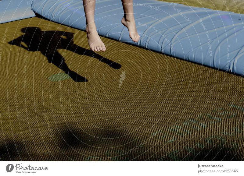 Freudensprung springen hüpfen Trampolin Kind Kindheit Spielen Barfuß Schatten Gesundheit bloßfüßig Juttaschnecke