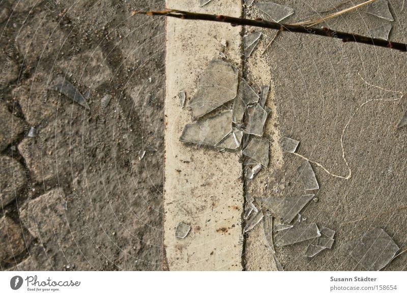 2 Seiten alt weiß Linie Angst Beton gefährlich bedrohlich Teilung Bahnhof Kopfsteinpflaster Blut Trennung Pflastersteine vergessen geschnitten Scherbe