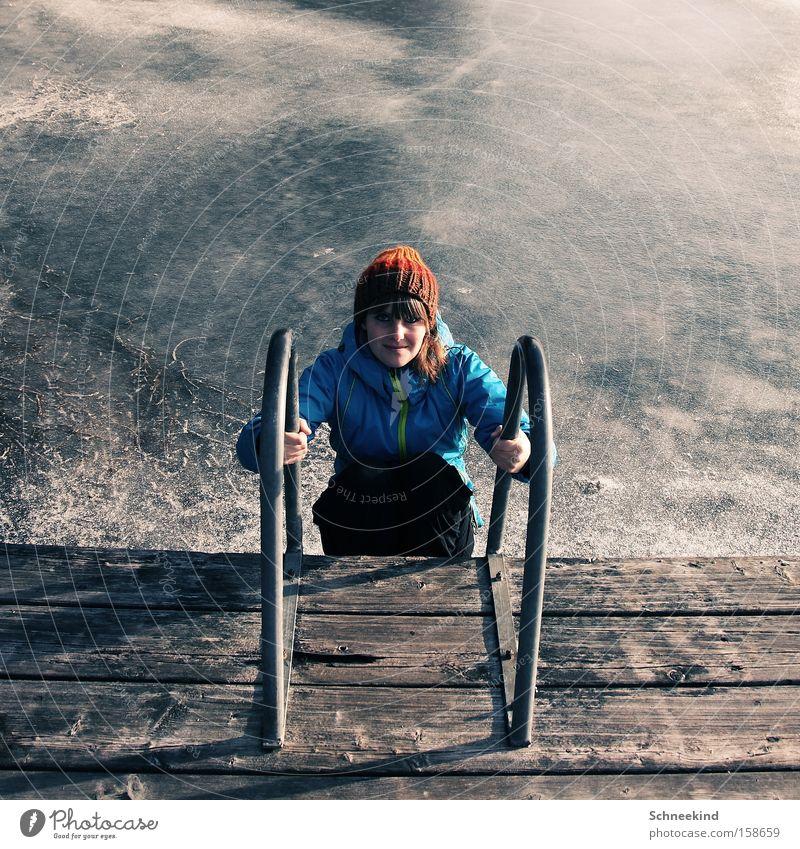Wer kommt mit schwimmen? Frau Mädchen schön Sommer Freude Winter kalt See Eis Schwimmbad Schwimmen & Baden gefroren Mütze Steg Leiter