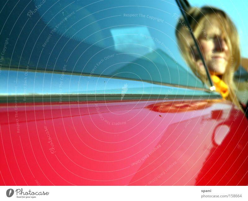 Tagtraum Frau rot Ferne PKW Verkehr Kreativität Aussicht KFZ Grenze Fensterscheibe Gedanke Schal Tagtraum