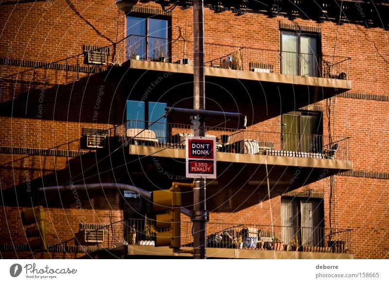 Don't Honk Wohnung Haus Fenster Schilder & Markierungen Hinweisschild Warnschild blau rot Hupe bestrafen Warnung USA New York City Außenaufnahme