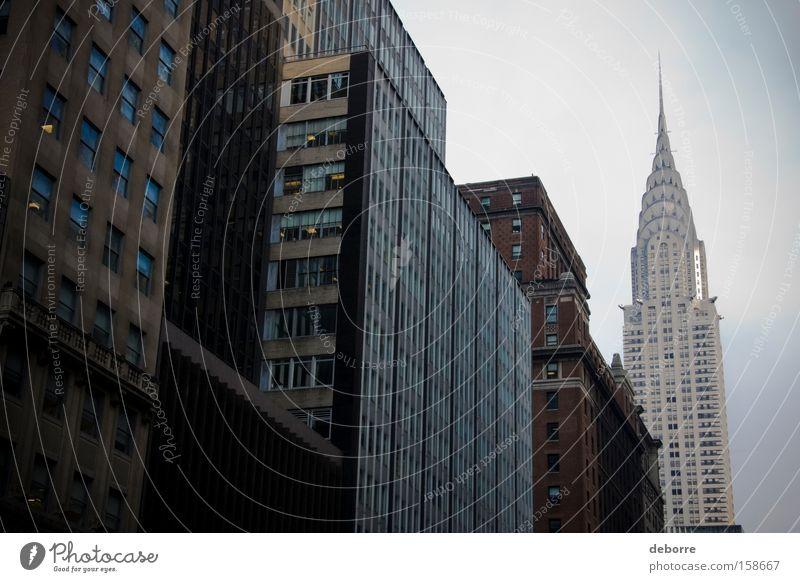 Ein Blick auf Gebäude in New York City mit dem Chrysler Building im Hintergrund. Himmel Stadt Hauptstadt Stadtzentrum bevölkert überbevölkert Haus Hochhaus