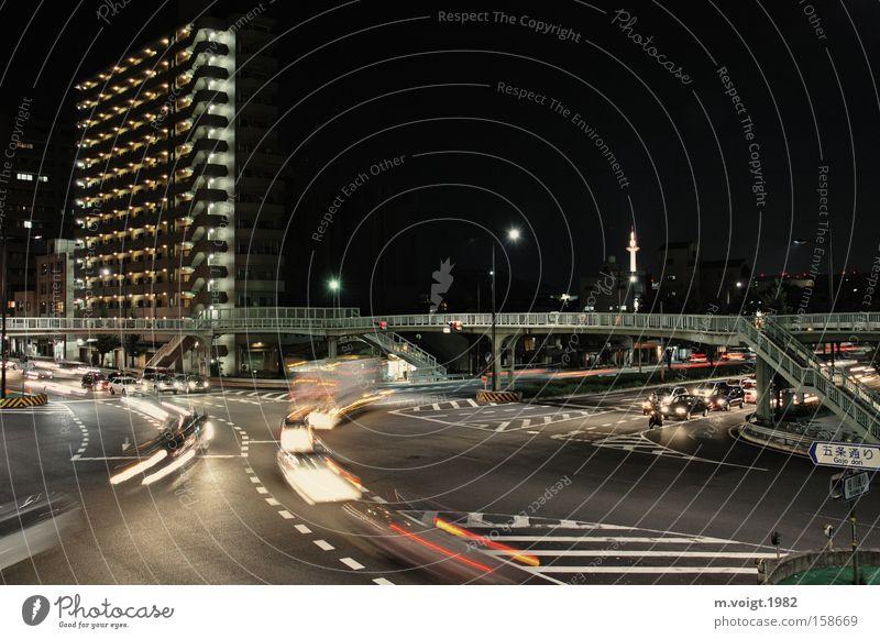 Kyoto City Lights Stadt Straße Bewegung PKW Hochhaus Verkehr Nacht KFZ fahren Asien Verkehrswege Japan Straßenkreuzung Brücke Fußgängerbrücke Fußgängerübergang