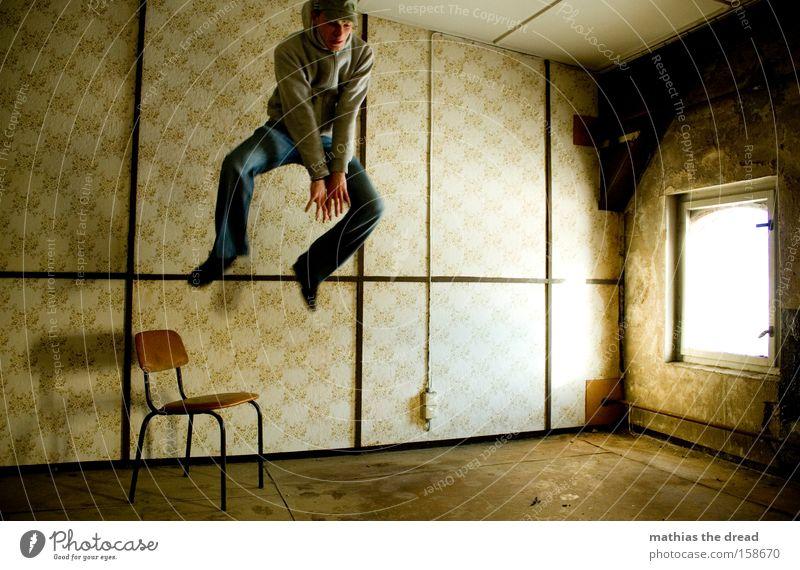 HÄSCHEN HÜPF Mann springen Aktion Sportler hoch gefährlich Angriff fliegen Kämpfer Raum Fenster Sonnenlicht Stuhl Tapete Linie skurril verfallen Extremsport