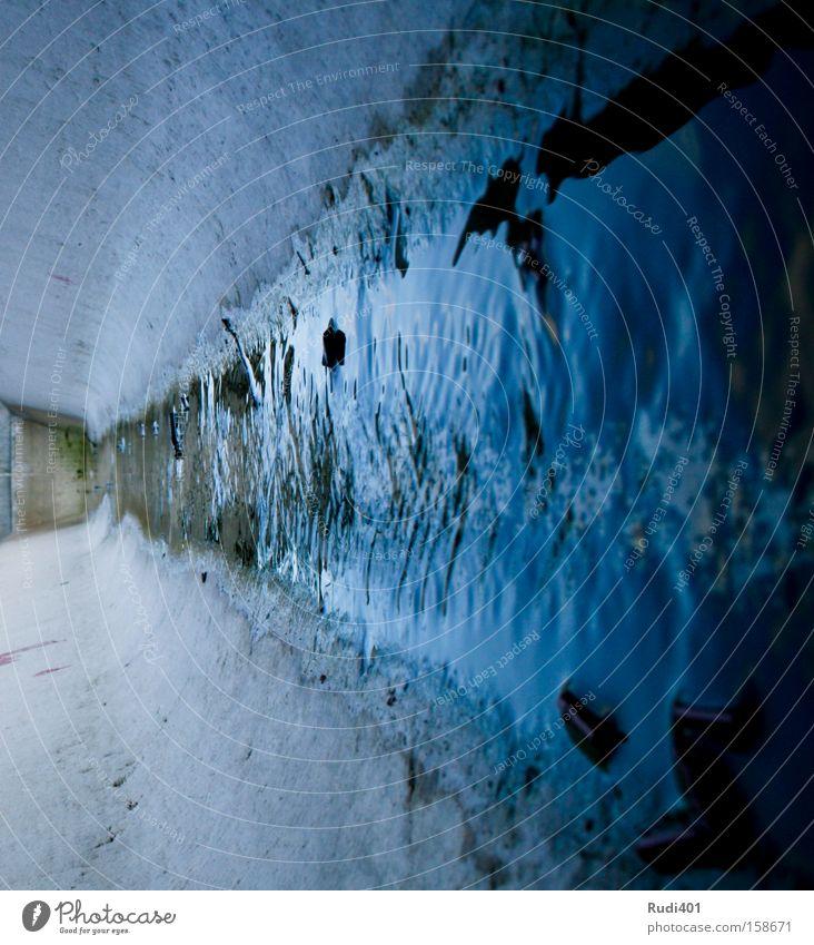 Tränke Wasserstelle Rinnsal nass Abfluss Wasserrinne Trog abwärts quer Wassertropfen