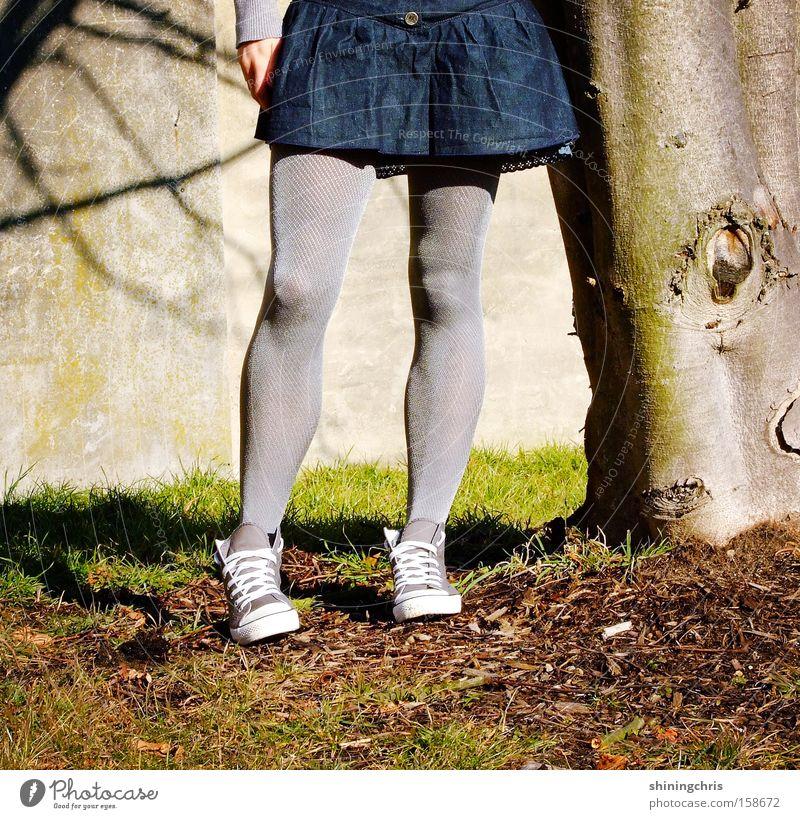 tight(s)! Frau Chucks Baum Schatten Frühling Gras springen Natur grau Erde Sand Beine strumfphose skirt tights tree