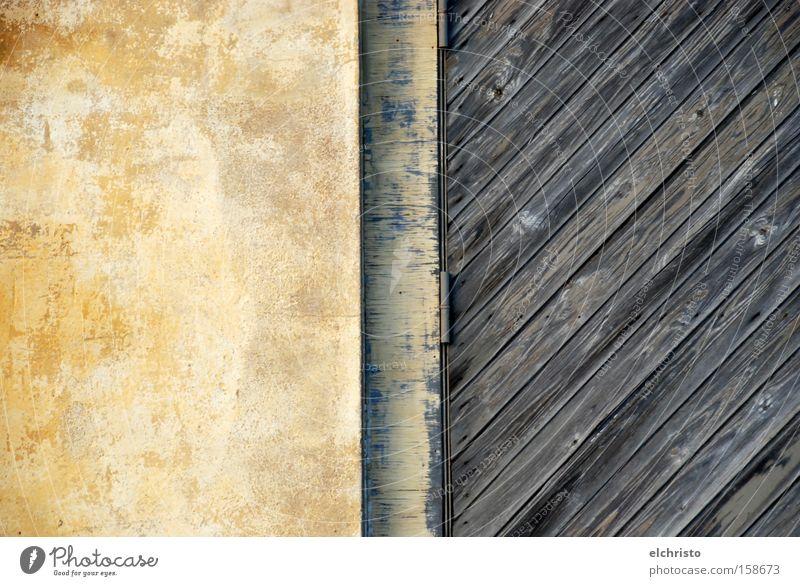 Die Mischung macht's Holz Tür Stein Wand Übergang Kontrast Holzbrett diagonal mediterran Scharnier gelb scheckig getupft alt Detailaufnahme verfallen Neigung
