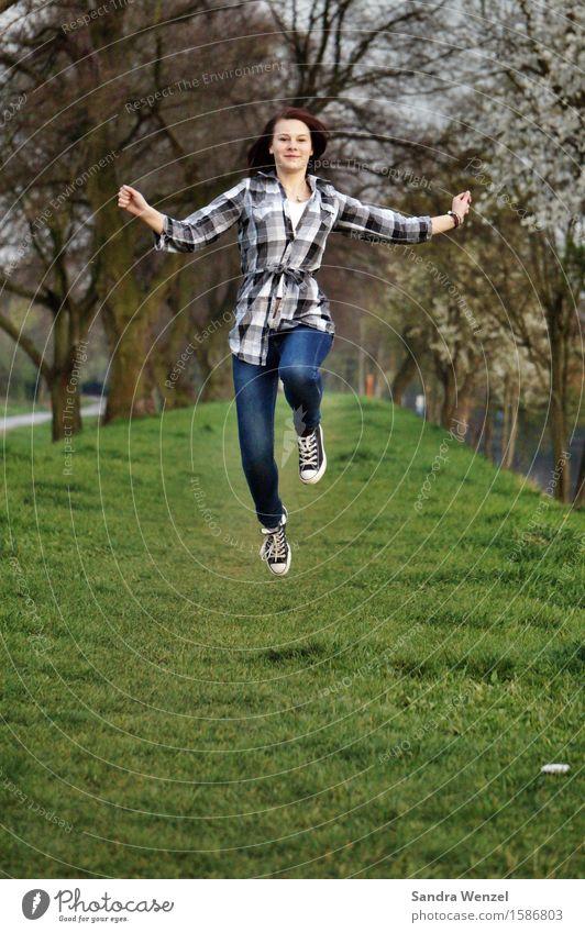 Freudensprünge Mensch Jugendliche Junge Frau Baum Gesunde Ernährung Freude Frühling Bewegung feminin Gesundheit Glück Freiheit Gesundheitswesen springen 13-18 Jahre Fröhlichkeit