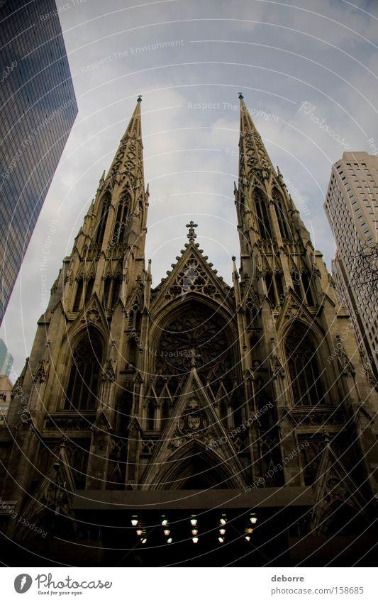Blick auf die St. Patrick's Cathedral in New York City. Himmel Stadt Hauptstadt Stadtzentrum überbevölkert Einfamilienhaus Hochhaus Kirche Dom Bauwerk Gebäude