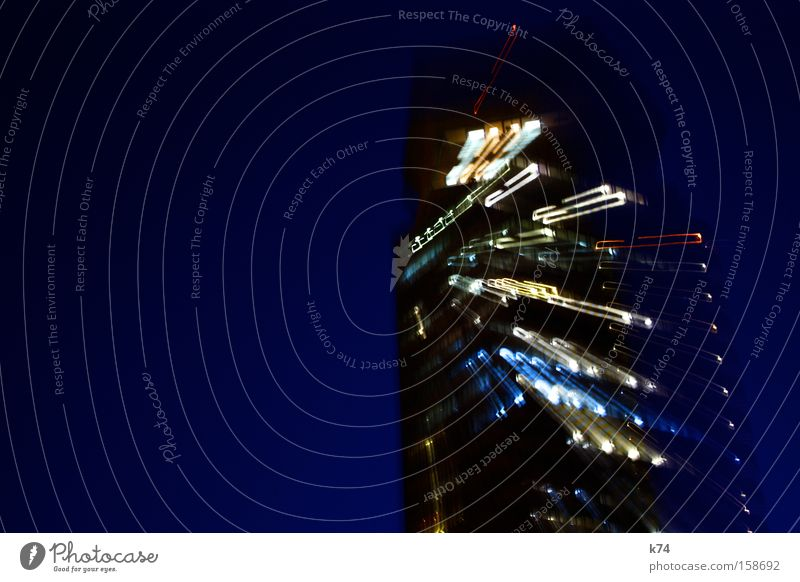temps Hochhaus Licht Stress blau laufen Sturz fallen Abend Langzeitbelichtung
