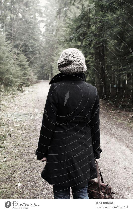 Graukäppchen im Wald Wege & Pfade Fußweg dunkel hell gehen Rücken Tasche Mantel Mütze Einsamkeit Winter Frau Vergänglichkeit