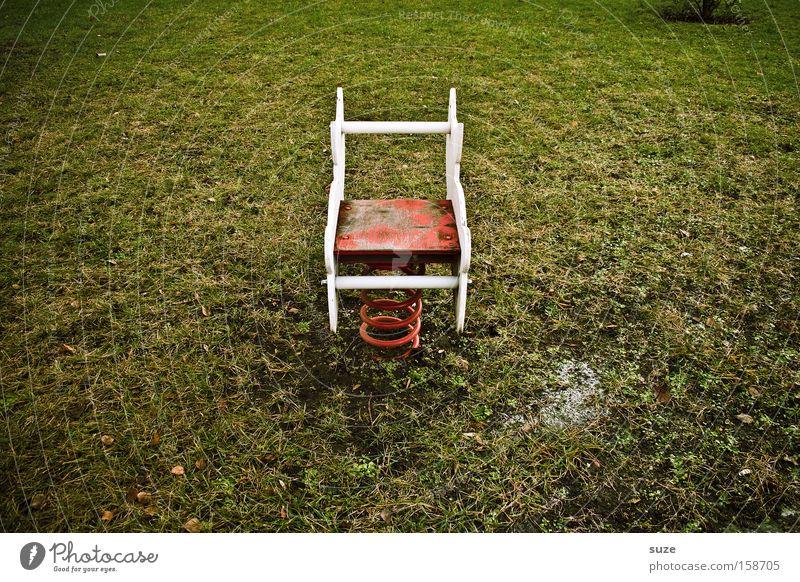 Kon-zentriert Einsamkeit Umwelt Wiese Spielen Gras Kindheit Freizeit & Hobby leer Rasen verfallen Mitte Metallfeder Erinnerung Spielplatz Kinderspiel Reiten