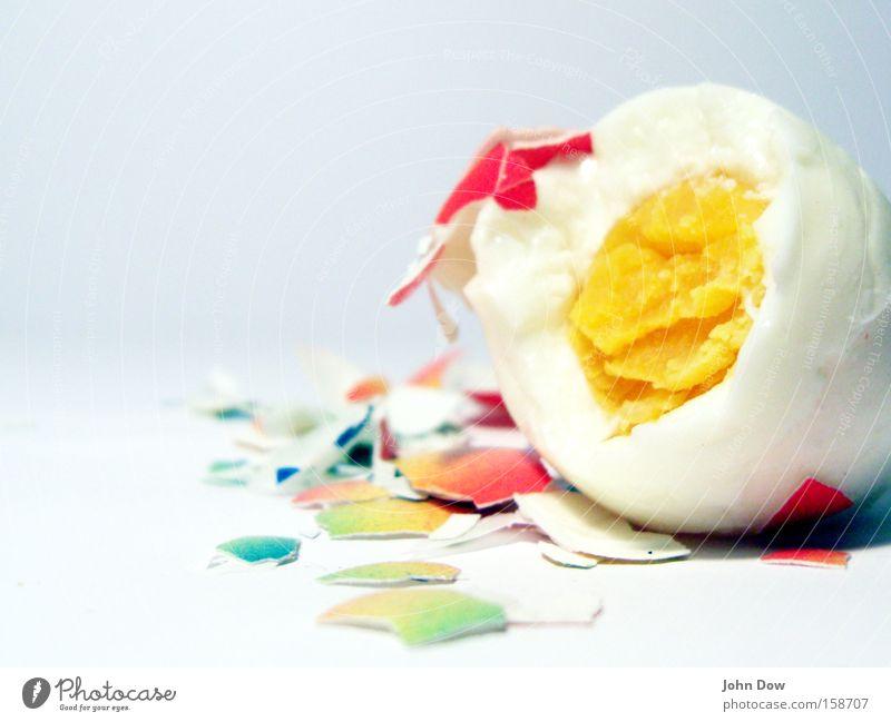 Ostern kann kommen! mehrfarbig Studioaufnahme Detailaufnahme Makroaufnahme Textfreiraum links Kunstlicht Ernährung Fasten genießen kaputt gelb weiß Feiertag